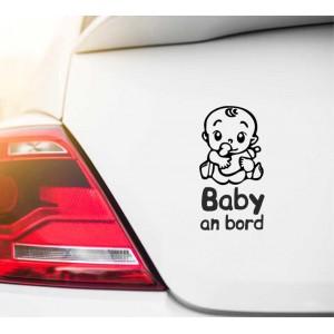Baby im Auto, mit einer Flasche