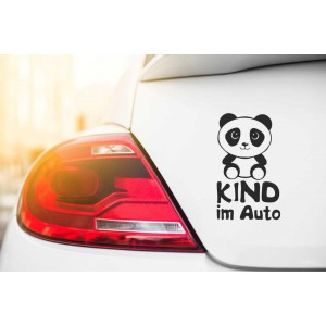 Kind im Auto und Panda